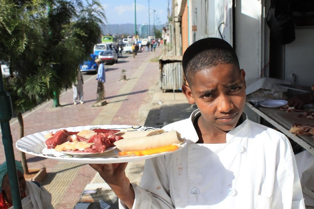 niño etiope camarero carne
