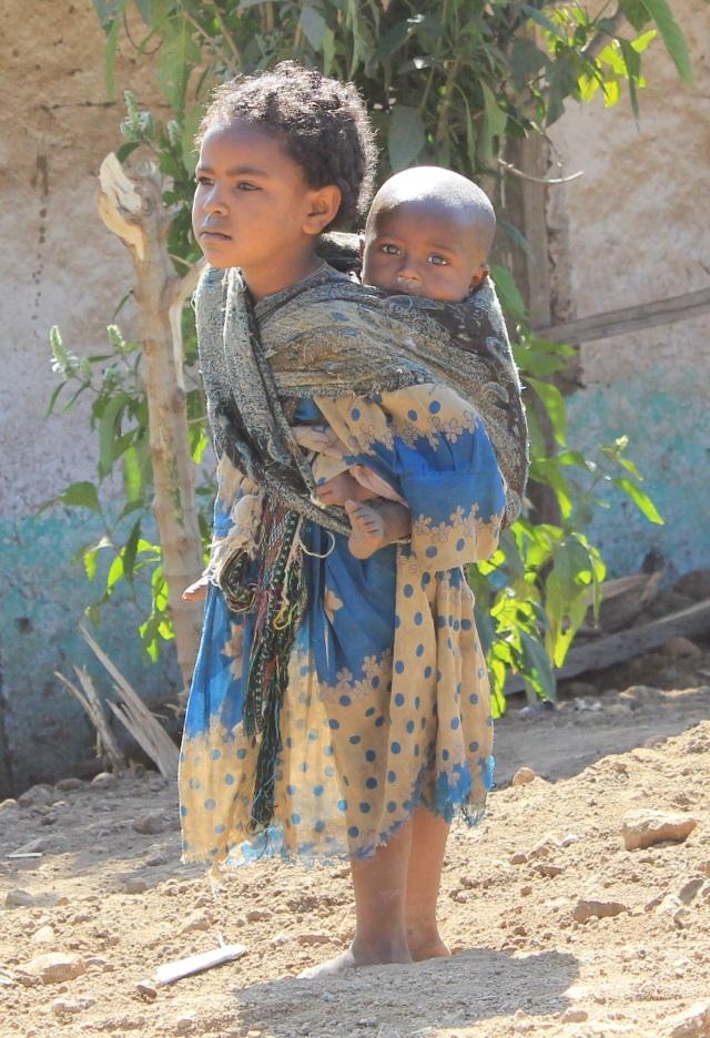 niña etíope con hermano
