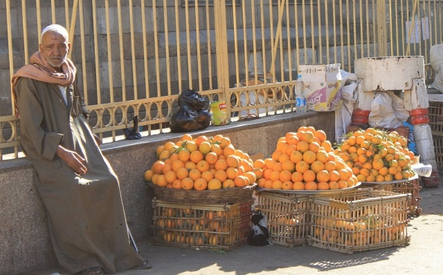 tendero con naranjas recortado def