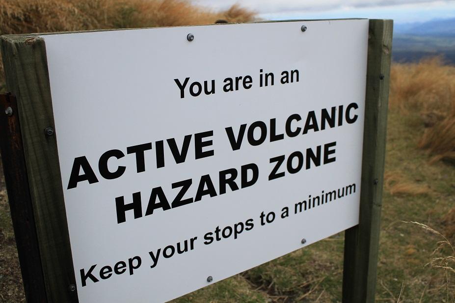 cartel aviso volcan