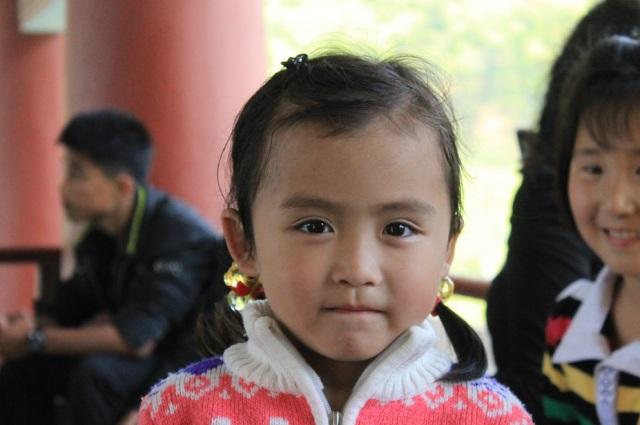niños coreanos saludando
