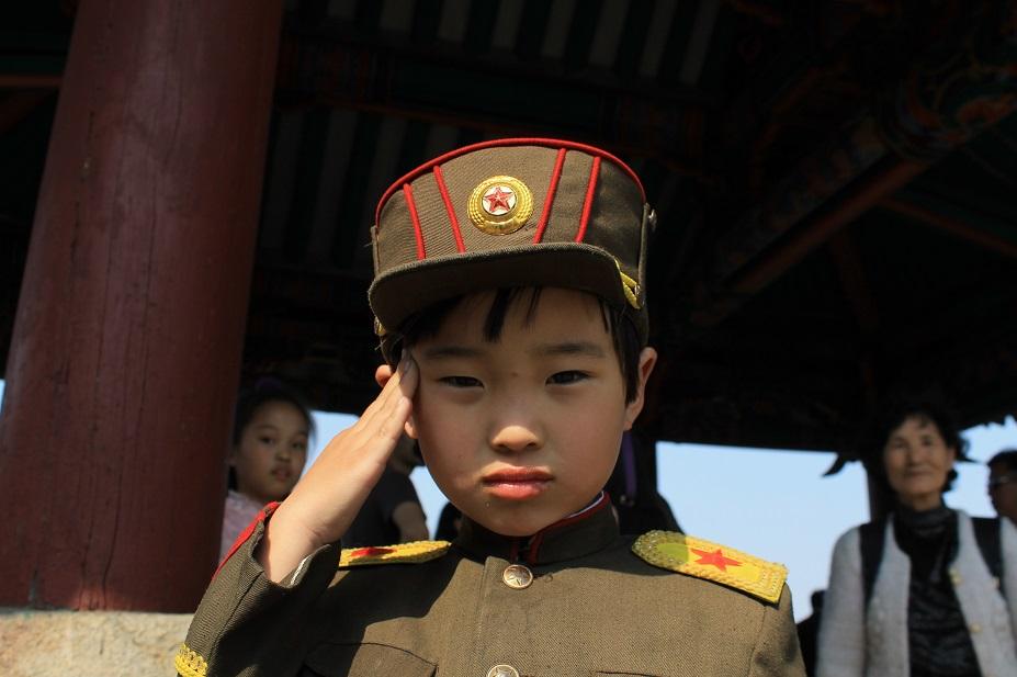 saludo militar niños coreano