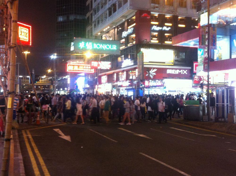 gente cruzando hong kong